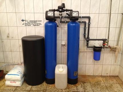 Zabezpieczenie kotła parowego stacją zmiękczania 2 m3/h plus dozowanie inhibitora korozji do zbiornika kondensu.