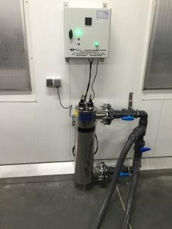 Zabezpieczenie myjki przed bakteriami przenoszonymi na warzywach, dezynfekcja wody obiegowej na lampie uv dla przepływu 25 m3/h. Montaż wykonany na...