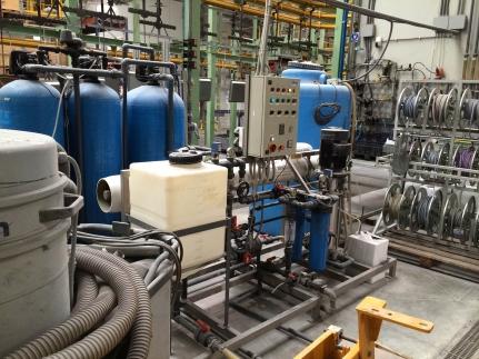 Zabezpieczenie odwróconej osmozy, stacja filtracji węglowej, zmiękczanie 5 m3/h, odwrócona osmoza 3 m3/h permeatu.